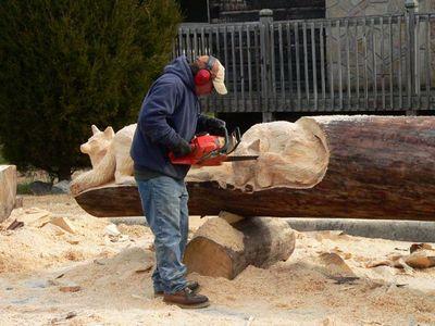 チェーンソーで木彫り02