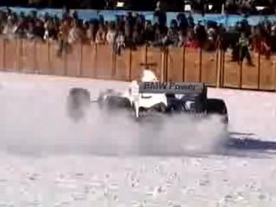 雪の上を走るF1マシン