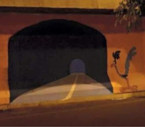 壁に描かれた道路に運転し壁に激突02