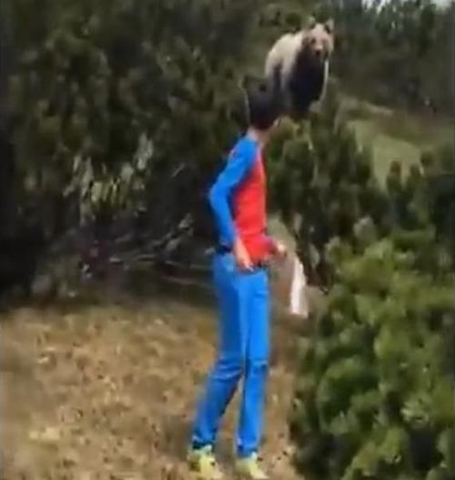 山でクマが少年を追跡する01