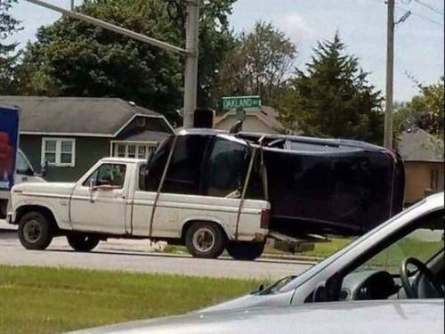 強引に車に積んでしまう人々13