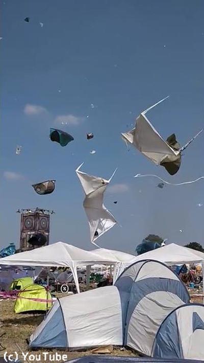 ドイツの野外フェスでテントがふわふわ舞い上がる02