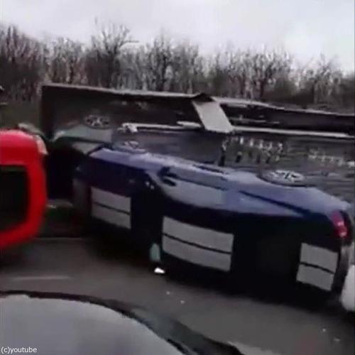 高価な車の横転事故04