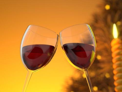 叔母がワインをこぼしてグラスが真っ二つに割れた