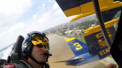 アクロバット飛行隊の飛行機同士の近さ04