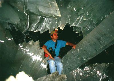 巨大なクリスタルに埋め尽くされた洞窟02