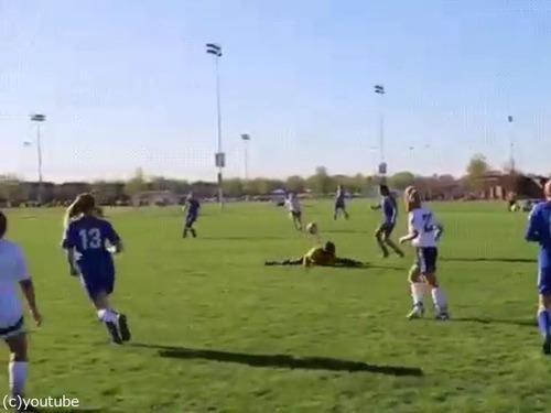 サッカーで審判が神回避03