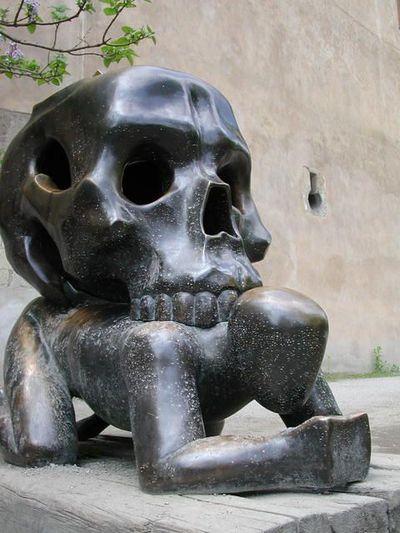 39.Skeleton on the man(男の背中にガイコツ)
