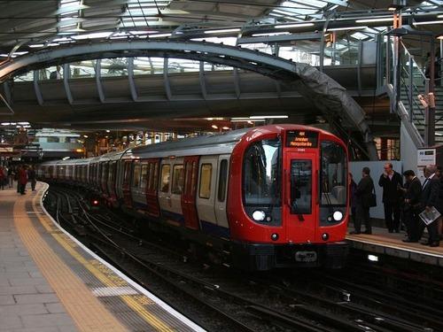 ロンドン地下鉄の乗客が拍手喝采
