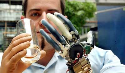 脳波で動かすハイテク義手