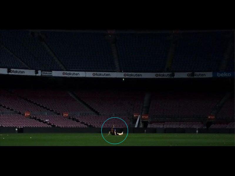 「イニエスタの最後の試合が終わったけど…彼は深夜1時になってもスタジアムを離れない」多くのファンが心を揺さぶられる