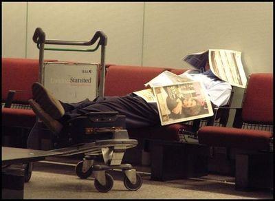 空港で眠りこける人々05