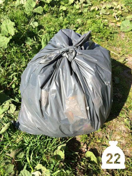 オランダの川辺をゴミ掃除14