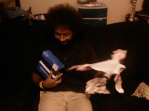 PS4のプレゼントに大感激する男性01