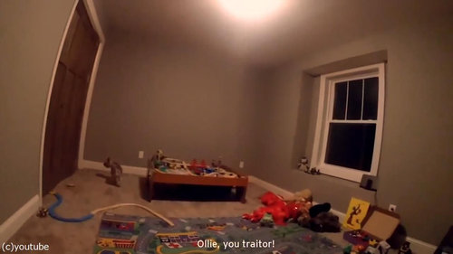 かくれんぼする幼児にカメラ05