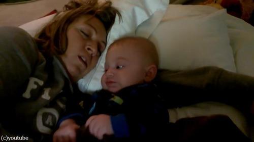 お母さんのいびきに赤ちゃんは…04