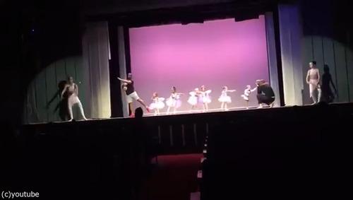 舞台で凍り付いてしまった娘のためにいっしょに踊ったパパ04