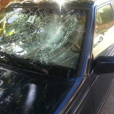 女性が裸で車を破壊01