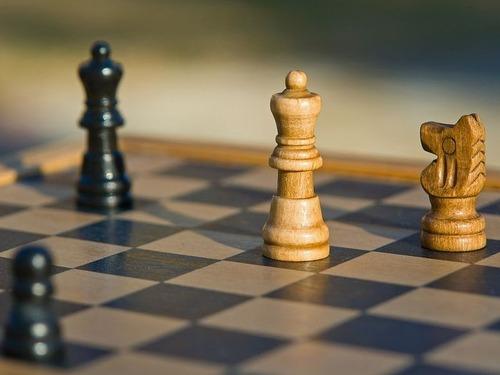 伝説の世界的チェスのチャンピオンが対局中に見つめ合う00