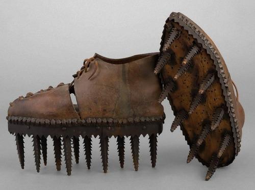 のこぎりのような歯の付いた靴01