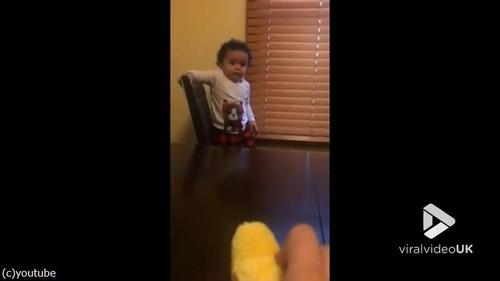ひよこのおもちゃを怖がる赤ちゃんがじわる01