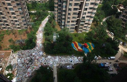 中国のマンションのまわりがゴミだらけ03