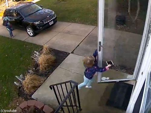 少女が強風の日に玄関を開けたら吹き飛ばされそうに02