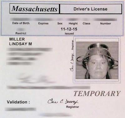 湯切りザルをかぶって免許証01