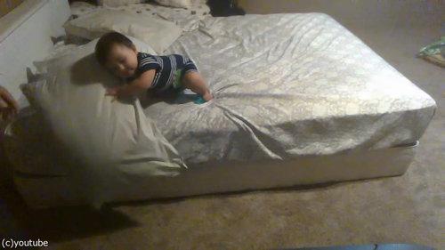 ベッドを降りる天才赤ちゃん03