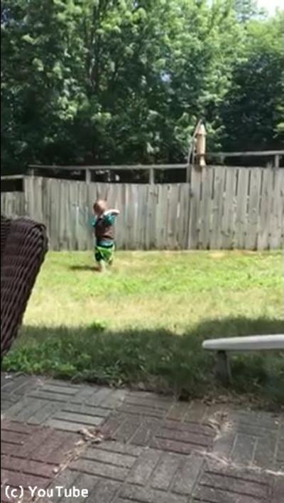 フェンス越しに遊ぶワンコと子ども01