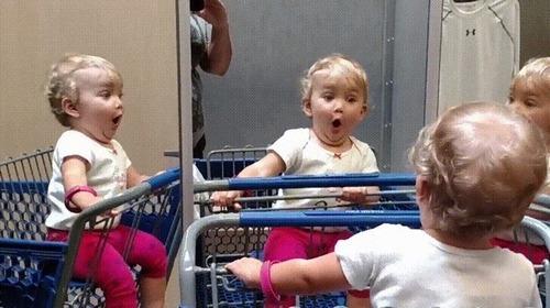 複数の鏡を見つけた赤ちゃん06