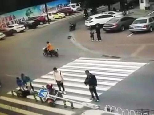 横断歩道の予想外の事故06