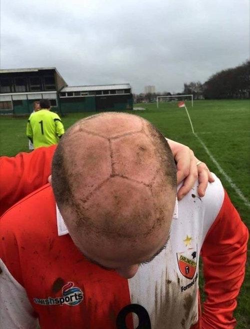 泥んこのボールを頭で受け止めるとき01