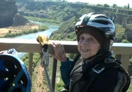 102歳が橋からジャンプ01