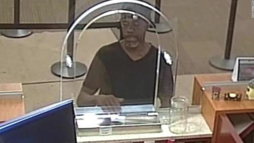 銀行強盗が名前入りのメモを手渡す01