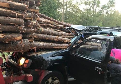 トラックの材木が突き刺さるも運転手無事00