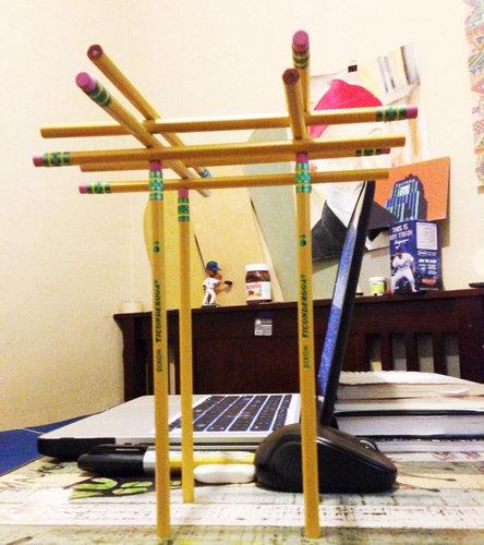 鉛筆で遊ぶクラスメート03