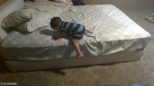 ベッドを降りる天才赤ちゃん01