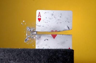 弾丸が紙1枚を貫通する恐るべき瞬間01