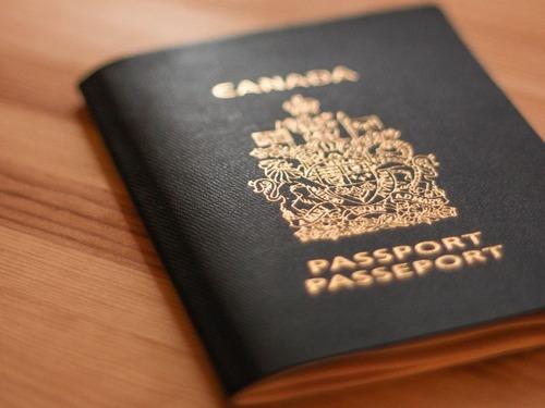 カナダのパスポートに紫外線を当てると