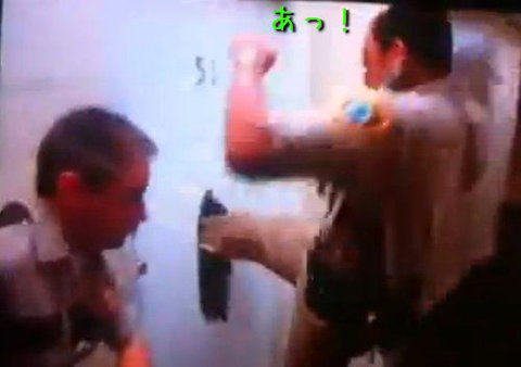 ソチ五輪で選手がトイレのドアをぶち破る05