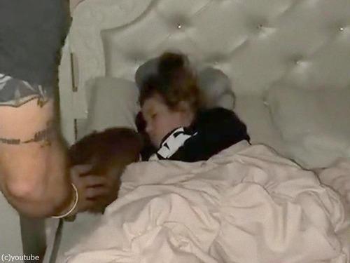 眠る9歳の女の子に子犬をサプライズプレゼント00