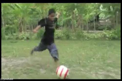 被災者の少年がサッカー選手に02