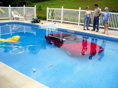 隣人のプールの底にロードスターを駐車した女性01
