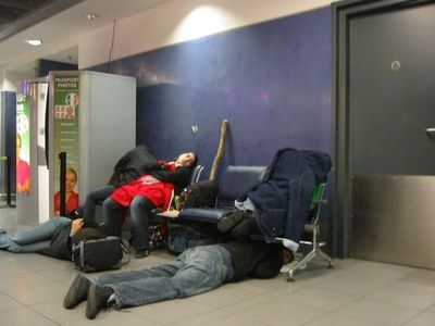 空港で眠りこける人々03