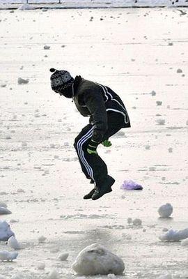 氷の張った氷の上を車で走行05