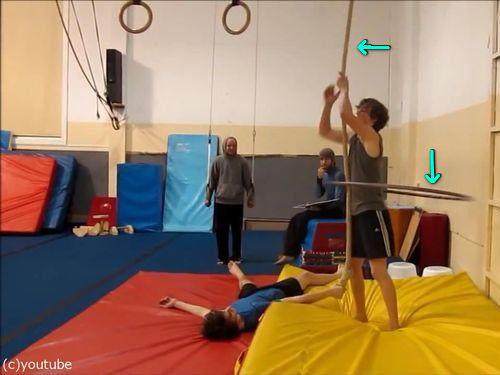 フラフープをしながらロープを登る00