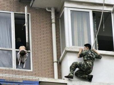 八階から落とされそうな少女を救出00
