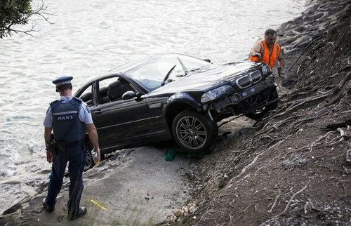 水没する女性の車を警官が助け出す08