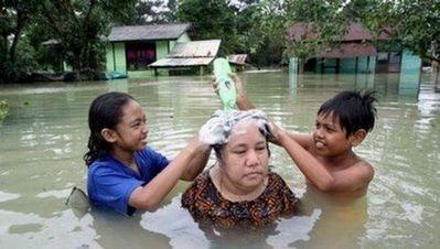 水害時にたくましく楽しむ人々04